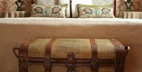 Сундук в изножье кровати