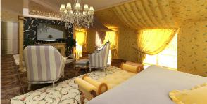 Загородный дом: спальня в мансарде