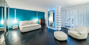 Как добавить спальне простора при помощи освещения