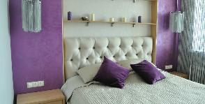 Маленькая спальня в светло-сиреневых оттенках с гардеробной: дизайнер Светлана Васильева