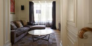 Сдержанная гостиная в загородном доме: архитектурное бюро SNOU Project