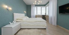 Просторная спальня в бирюзовых тонах: дизайнер Надежда Самохина