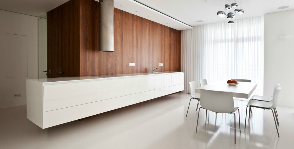 Белая лаконичная кухня в едином пространстве квартиры: дизайнер Александра Федорова