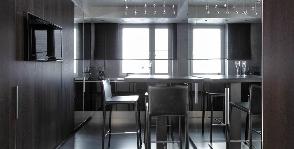 Строгая кухня в темных оттенках: архитектурное агентство Belugina Partners