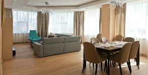 Кухня-гостиная с панорамным остеклением: дизайнер Ольга Савенкова