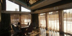 Гостиная с большими окнами: дизайнер Ирина Шенцова