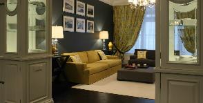 Горчичный диван в серой гостиной: дизайнер Виктория Власова