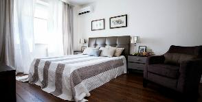 Светлая современная спальня: дизайнеры Катерина Колегова, Юрий Козлов