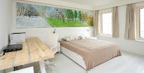 Дерево и белый цвет в отделке спальни: дизайнер Сергей Готвянский