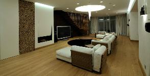 Камин и телевизор: точки притяжения гостиной в коттедже
