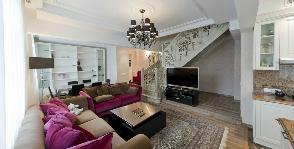 Элегантный интерьер двухуровневой квартиры с лестницей: дизайнер Наталья Ломейко