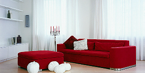 Эффектная однокомнатная квартира с всполохами красного: дизайнер Варвара Зеленецкая
