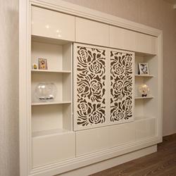 Книжный шкаф с орнаментом